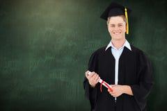 Samengesteld beeld van de mens die aangezien hij net met zijn graad een diploma heeft behaald glimlachen stock afbeeldingen