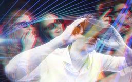 Samengesteld beeld van de mens die een virtueel werkelijkheidsapparaat met behulp van Royalty-vrije Stock Foto's