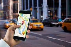 Samengesteld beeld van de mens die kaart app op telefoon gebruiken stock illustratie