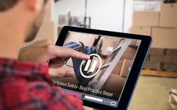 Samengesteld beeld van de mens die tablet gebruiken Stock Fotografie