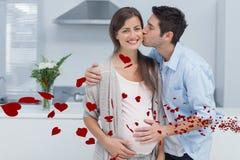 Samengesteld beeld van de mens die zijn zwangere vrouw kussen Stock Foto's