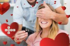 Samengesteld beeld van de mens ongeveer om aan zijn meisje op de bank voor te stellen Stock Fotografie