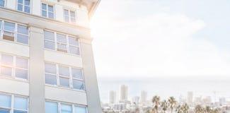 Samengesteld beeld van de moderne bouw tegen duidelijke blauwe hemel royalty-vrije illustratie
