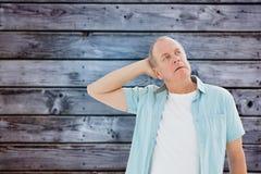 Samengesteld beeld van de nadenkende oudere mens die omhoog kijken Stock Fotografie