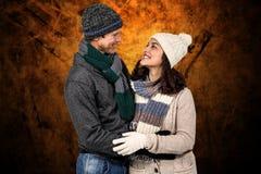 Samengesteld beeld van de winterpaar die van hete dranken genieten Stock Foto's