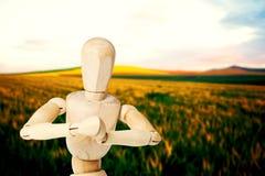 Samengesteld beeld van dichte omhooggaand van het 3d houten beeldje aangesloten bij knielen met beide handen Stock Foto