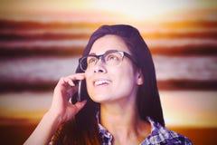 Samengesteld beeld van dichte omhooggaand van het jonge vrouw spreken op telefoon Royalty-vrije Stock Fotografie