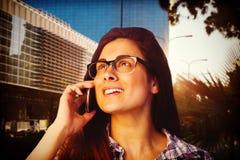 Samengesteld beeld van dichte omhooggaand van het jonge vrouw spreken op telefoon Royalty-vrije Stock Afbeelding
