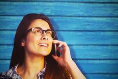 Samengesteld beeld van dichte omhooggaand van het jonge vrouw spreken op telefoon Royalty-vrije Stock Foto