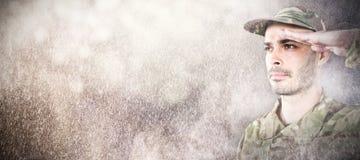 Samengesteld beeld van dichte omhooggaand van het zekere militair groeten Stock Foto's