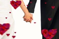 Samengesteld beeld van dichte omhooggaand van leuke jonge jonggehuwden die hun handen houden Stock Foto's
