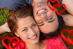 Samengesteld beeld van dichte omhooggaand van twee vrienden die upwards terwijl hoofd het liggen aan schouder kijken Stock Foto's