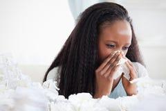 Samengesteld beeld van dichte omhooggaand van vrouw die haar neus blazen Stock Fotografie