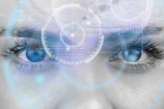 Samengesteld beeld van dichte omhooggaand van vrouwelijke blauwe ogen stock afbeeldingen