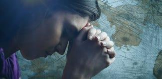 Samengesteld beeld van dichte omhooggaand van vrouw het bidden met handen samen stock afbeeldingen