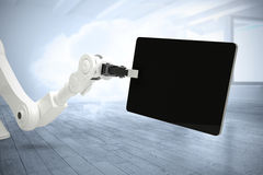 Samengesteld beeld van digitaal geproduceerd beeld die van robot digitale tablet 3d houden Stock Afbeeldingen