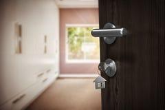 Samengesteld beeld van digitaal geproduceerd beeld van bruine deur met huissleutel stock foto's