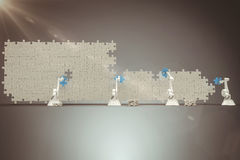 Samengesteld beeld van digitaal geproduceerd beeld van robotachtige wapens die blauw figuurzaagstuk op raadsel 3 schikken Royalty-vrije Stock Foto