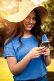 Samengesteld beeld van donkerbruine vrouwen die de zomerhoed dragen Stock Foto