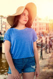 Samengesteld beeld van donkerbruine vrouwen die de zomerhoed dragen Stock Fotografie