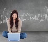 Samengesteld beeld van donkerbruine zitting op vloer die laptop met behulp van Royalty-vrije Stock Afbeeldingen