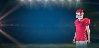 Samengesteld beeld van een ernstige Amerikaanse voetbalster die zijn helm nemen die camera bekijken Stock Foto's