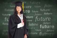Samengesteld beeld van een glimlachende vrouw die haar graad houden aangezien zij van universiteit een diploma heeft behaald royalty-vrije stock fotografie