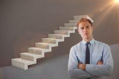 Samengesteld beeld van elegante die zakenman met wapens in 3d bureau worden gekruist Stock Fotografie