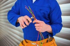 Samengesteld beeld van elektricien scherpe draad met buigtang Stock Afbeeldingen