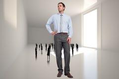 Samengesteld beeld van ernstige zakenman met hand op heup Royalty-vrije Stock Afbeeldingen
