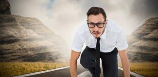 Samengesteld beeld van geeky jonge zakenman klaar te rennen stock afbeelding
