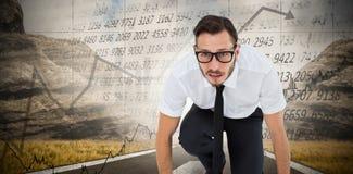 Samengesteld beeld van geeky jonge zakenman klaar te rennen royalty-vrije stock fotografie