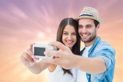 Samengesteld beeld van gelukkig hipsterpaar die een selfie nemen Royalty-vrije Stock Afbeelding
