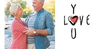 Samengesteld beeld van gelukkig rijp paar die in de stad koesteren Stock Fotografie