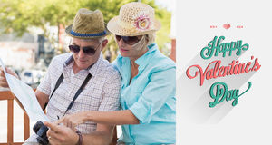 Samengesteld beeld van gelukkig toeristenpaar die kaart in de stad bekijken Royalty-vrije Stock Foto's