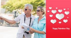 Samengesteld beeld van gelukkig toeristenpaar die kaart in de stad gebruiken Stock Foto's