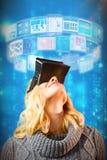Samengesteld beeld van gelukkige blonde vrouw die virtuele 3d werkelijkheidshoofdtelefoon met behulp van Royalty-vrije Stock Foto