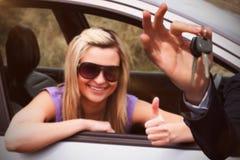 Samengesteld beeld van gelukkige de autosleutels van de verkopersholding Royalty-vrije Stock Afbeeldingen