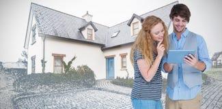 Samengesteld beeld van gelukkige de tabletcomputer van de paarholding royalty-vrije stock afbeelding