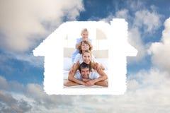 Samengesteld beeld van gelukkige familie die pret op een bed hebben stock fotografie