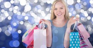 Samengesteld beeld van gelukkige jonge vrouw met het winkelen zakken Stock Fotografie