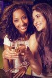 Samengesteld beeld van gelukkige jonge vrouwen die champagne hebben Stock Afbeeldingen