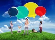 Samengesteld beeld van gelukkige studenten met toespraakbellen Stock Fotografie