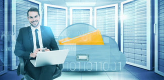 Samengesteld beeld van gelukkige zakenman met laptop die smartphone gebruiken stock fotografie