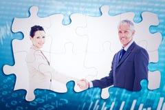 Samengesteld beeld van glimlachende bedrijfsmensen die handen schudden terwijl het bekijken de camera Royalty-vrije Stock Afbeeldingen
