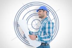Samengesteld beeld van glimlachende ingenieur die weg terwijl het houden van blauwdruk kijken Stock Afbeeldingen