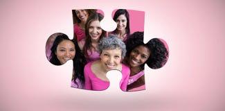 Samengesteld beeld van glimlachende vrouwen in roze uitrustingen die voor de voorlichting van borstkanker stellen royalty-vrije stock afbeelding