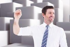 Samengesteld beeld van glimlachende zakenman die iets met wit krijt schrijven Stock Fotografie
