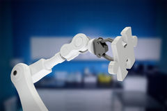 Samengesteld beeld van grafisch beeld van 3d de figuurzaagstuk van de robotholding Royalty-vrije Stock Foto