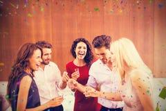Samengesteld beeld van groep vrienden die schoten drinken stock afbeeldingen